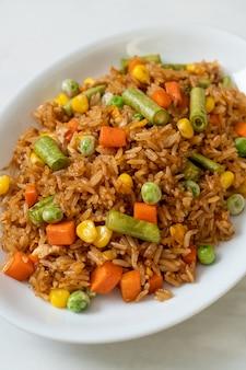Жареный рис с зеленым горошком, морковью и кукурузой - вегетарианский и здоровый стиль питания