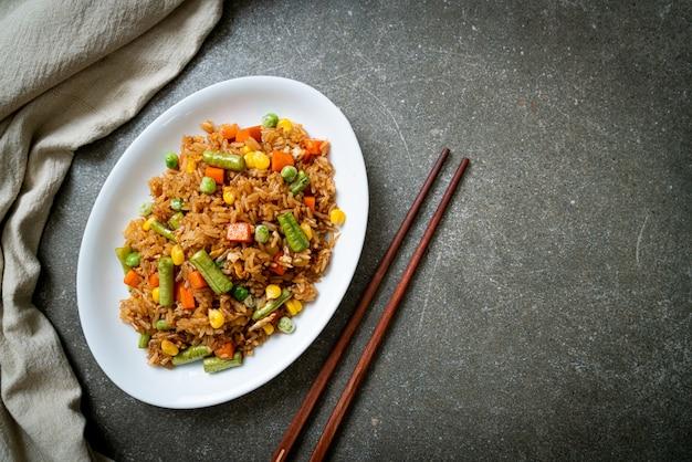 완두콩, 당근, 옥수수 볶음밥-채식 및 건강식 스타일