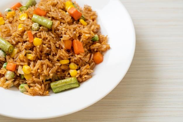 완두콩, 당근, 옥수수를 곁들인 볶음밥 - 채식주의 및 건강식 스타일