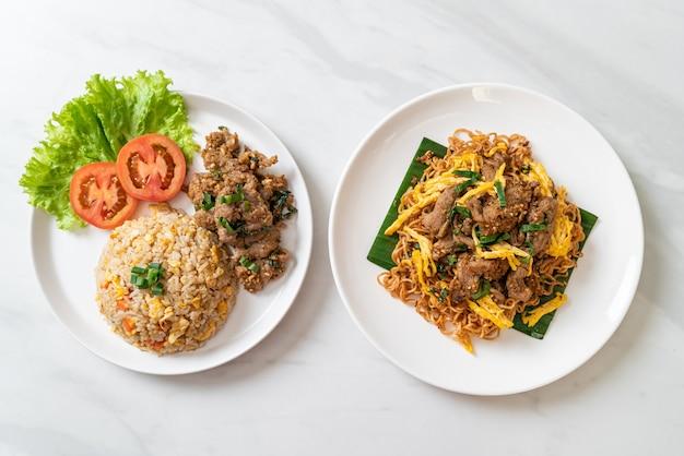 구운 돼지 고기 볶음밥과 돼지 고기 볶음면-아시아 음식 스타일
