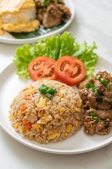 구운 돼지 고기 볶음밥-아시아 음식 스타일