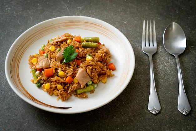 Жареный рис со свининой и овощами