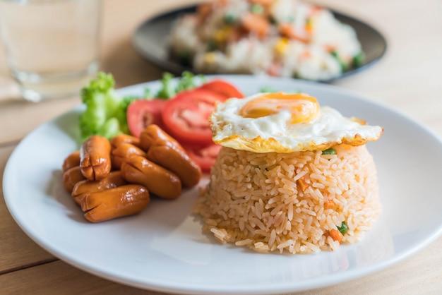 炒め米とソーセージと揚げた卵