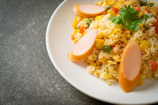 Жареный рис с колбасой и овощной смесью