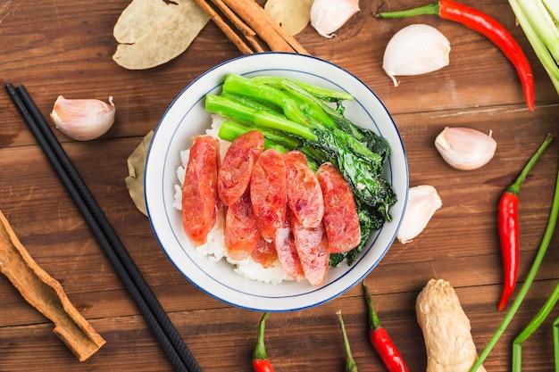 Жареный рис с колбасой китайская еда