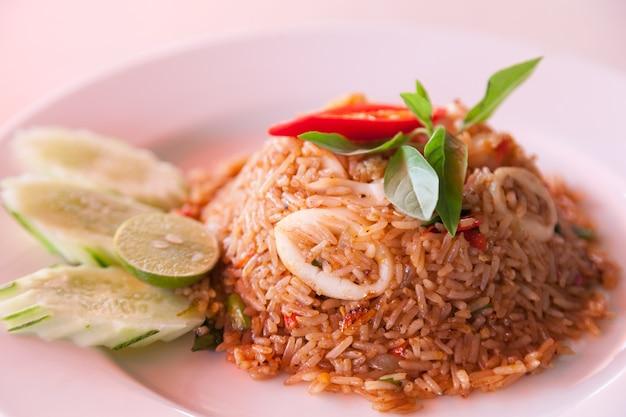 シーフードと炒め米