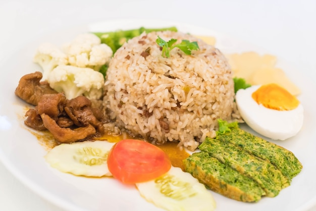 Жареный рис с соусом из креветочной пасты