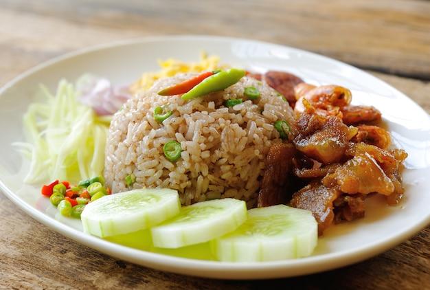 Жареный рис с креветочной пастой, еда в тайском стиле