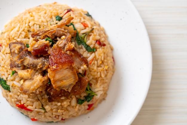 タイのバジルとカリカリの豚バラ肉のチャーハン、タイ料理スタイル