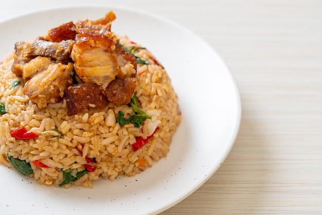タイバジルとカリカリの腹豚バラ肉のチャーハン-タイ料理スタイル
