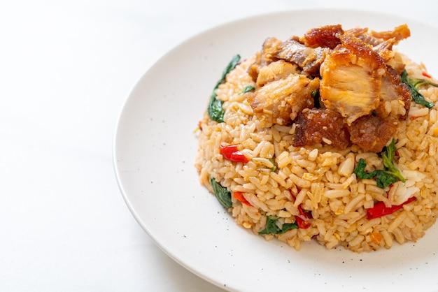 태국 바질과 바삭한 배 돼지고기 볶음밥 - 태국 음식 스타일
