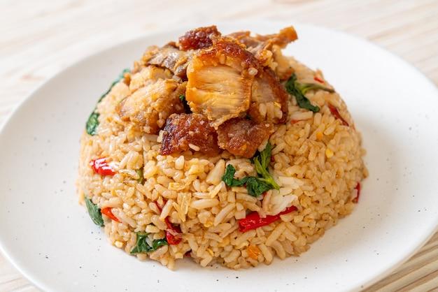 Жареный рис с тайским базиликом и хрустящей свининой