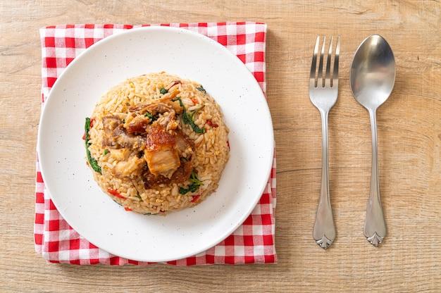 タイバジルとカリカリの豚バラ肉のチャーハン