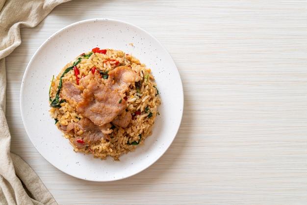 Жареный рис с тайским базиликом и свининой