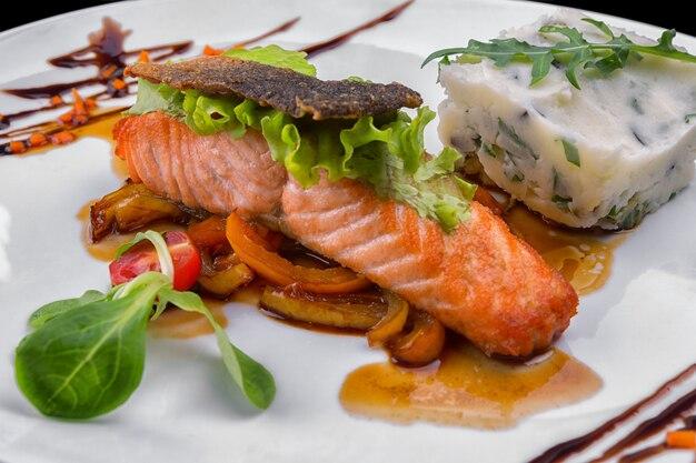 Жареное филе лосося с овощами и картофельным пюре