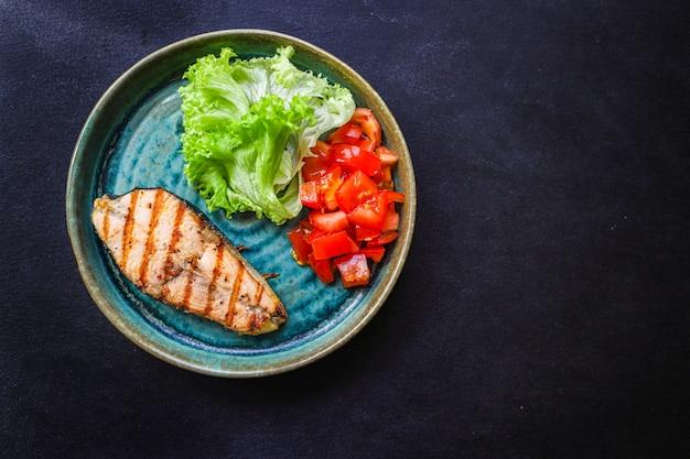 Жареный лосось на гриле с овощами