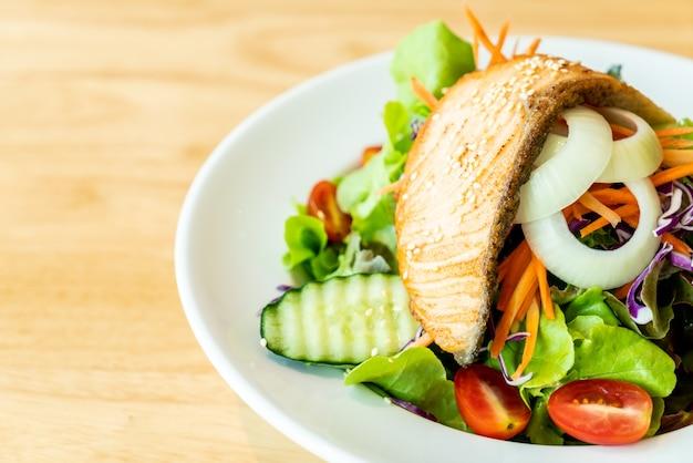 Салат из жареного лосося