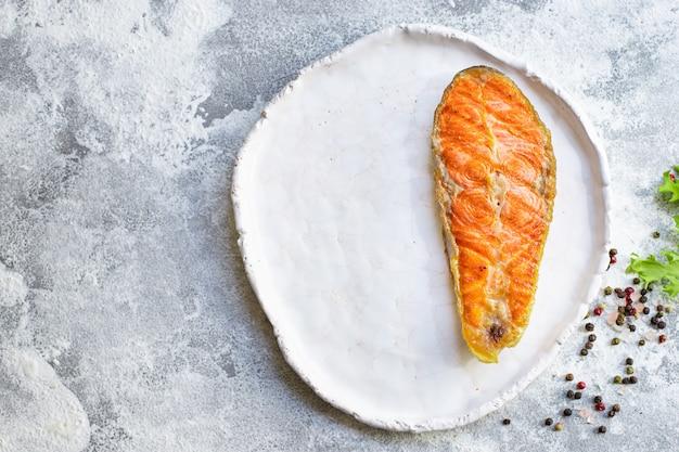 Жареный стейк из лосося кусок филе рыба морепродукты