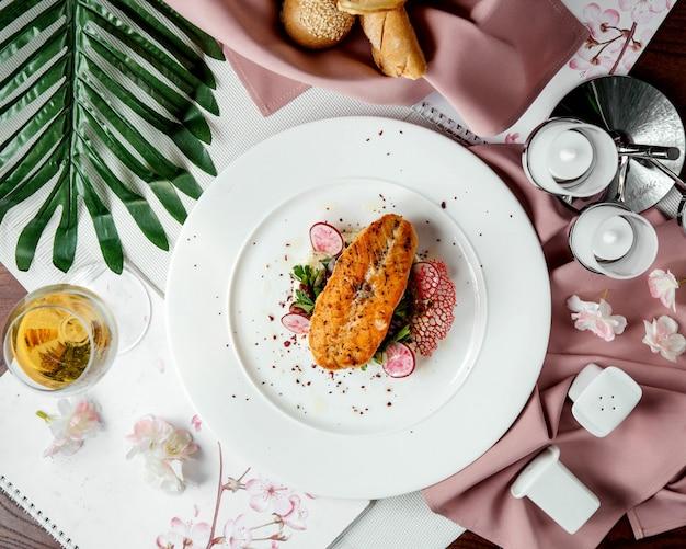 Salmone fritto con fette di ravanello