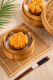 Жареное соленое яйцо баози или бакпао - это разновидность булочки с дрожжевой начинкой в различных китайских кухнях.