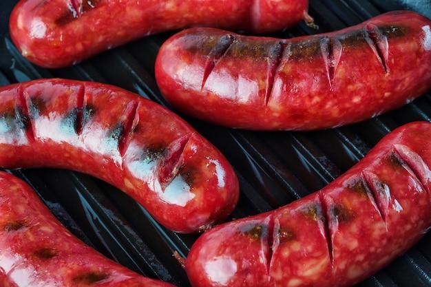 Жареные колбаски с золотистой корочкой на гриле