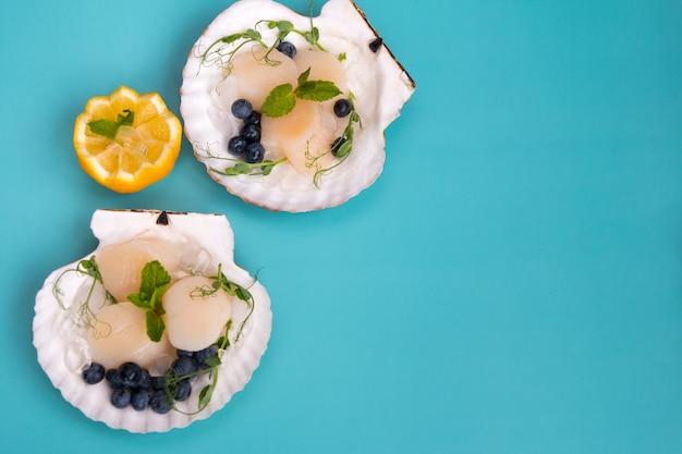 Жареные гребешки в раковине. ресторанная подача морепродуктов