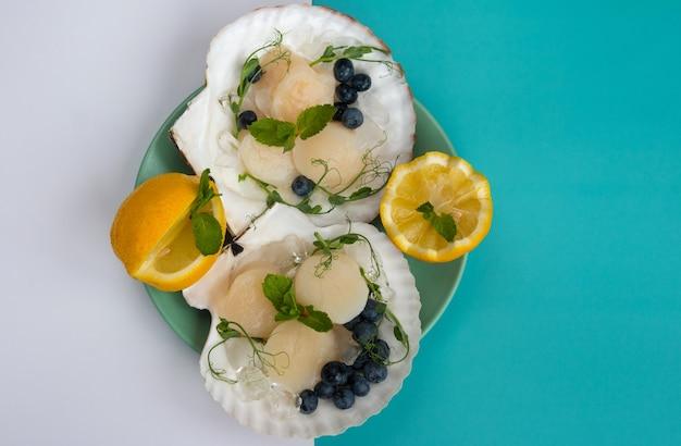 싱크대에 튀긴 가리비입니다. 해산물을 제공하는 레스토랑