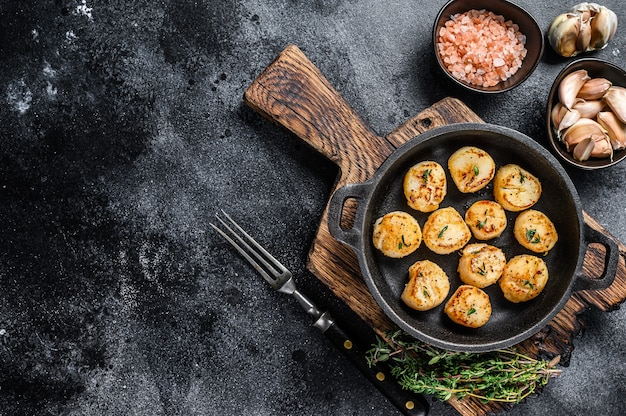 Жареные гребешки в сливочном соусе на сковороде.
