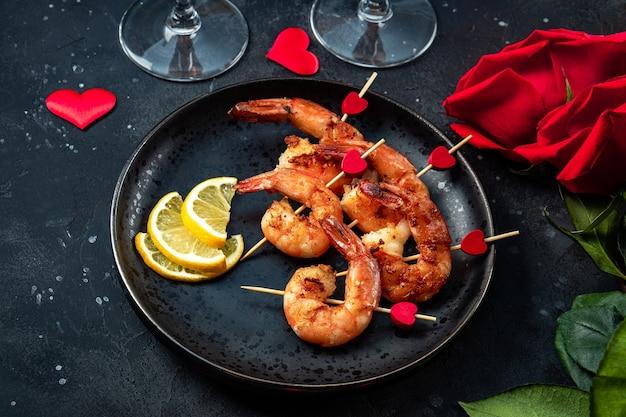 Жареные креветки и розы. оригинальная закуска на день святого валентина, романтический ужин