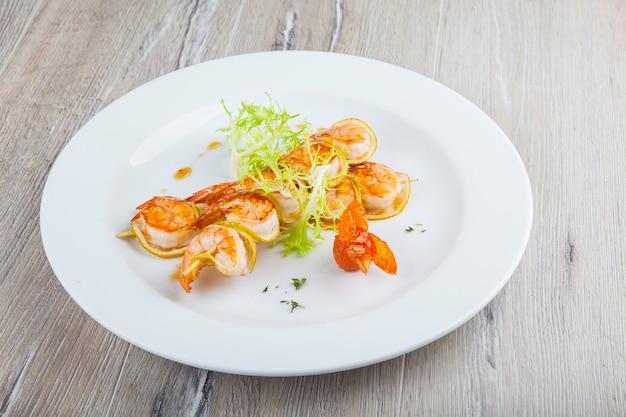 하얀 접시에 튀긴 새우 케밥