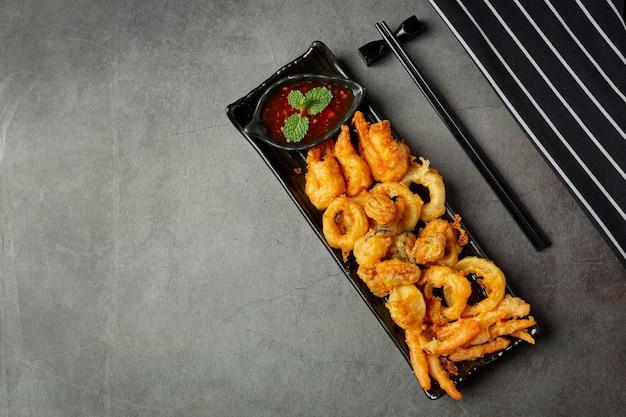 Gamberi fritti e calamari con salsa piccante
