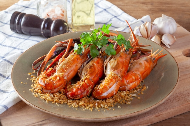 Fried shrimp with garlic and pepper