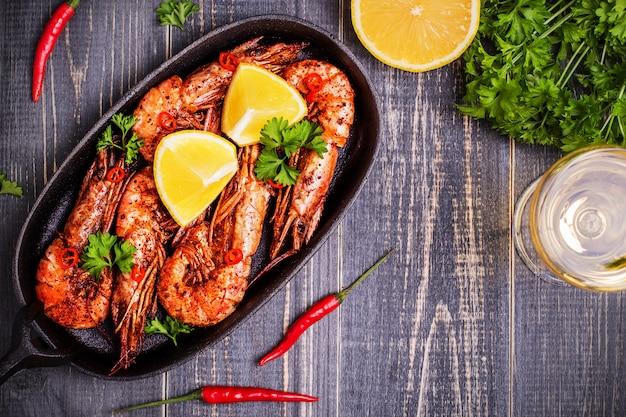 Fried shrimp with lemon and white wine