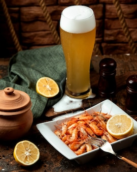 Fried shrimps served with beer
