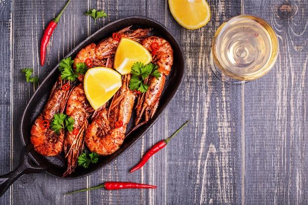 Жареные креветки с лимоном и белым вином