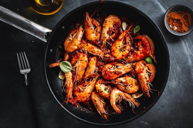 Жареные креветки со специями на сковороде