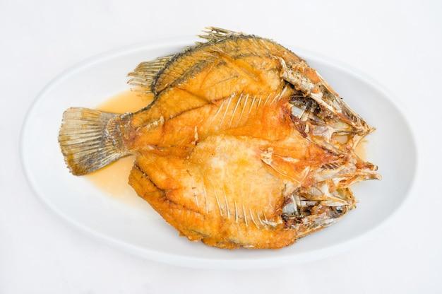 魚の醤油と白い皿に揚げ鯛