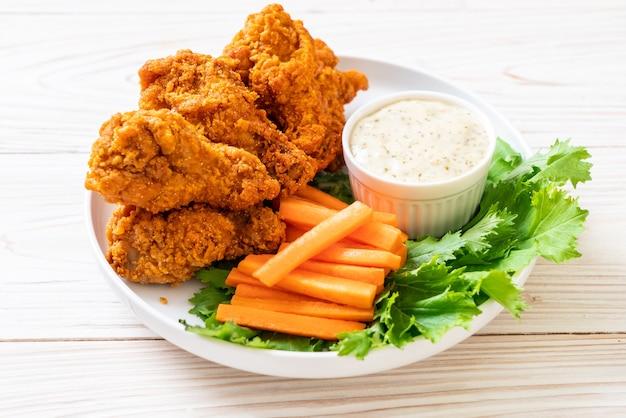 야채와 함께 튀긴 매운 닭 날개
