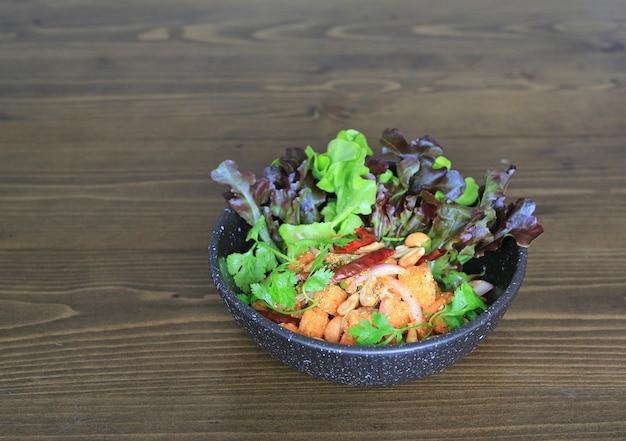 매운 연어 샐러드 볶음 야채와 허브.