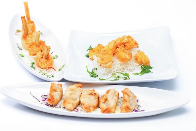 흰색 배경에 흰색 접시에 튀긴 오징어 링.