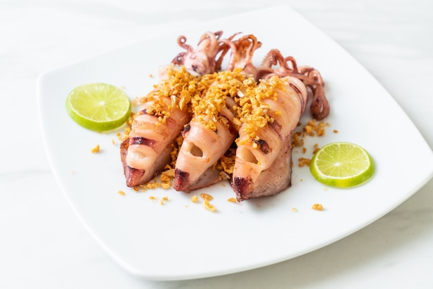 Жареный кальмар с чесноком