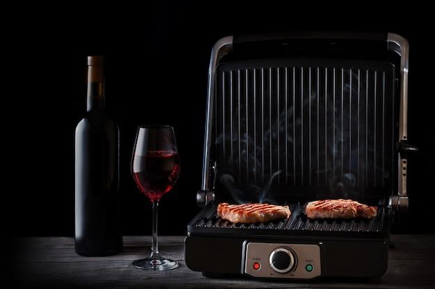 木製のテーブルに赤ワインで肉を蒸し揚げ