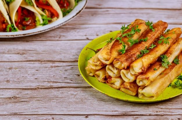 Жареные такитос, фаршированные мясом латинской кухни.