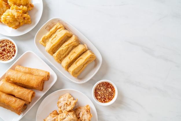 Жареный таро, кукуруза, тофу и спринг-ролл с соусом - веганский и вегетарианский стиль питания