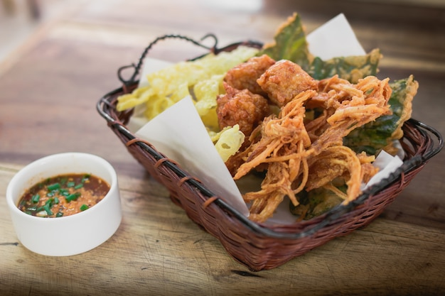 Жареные чипсы с таро. жареные овощи. тайская закуска. тайская закуска стиля.