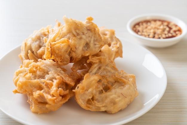 소스를 곁들인 튀긴 타로-비건 채식 및 채식 음식 스타일