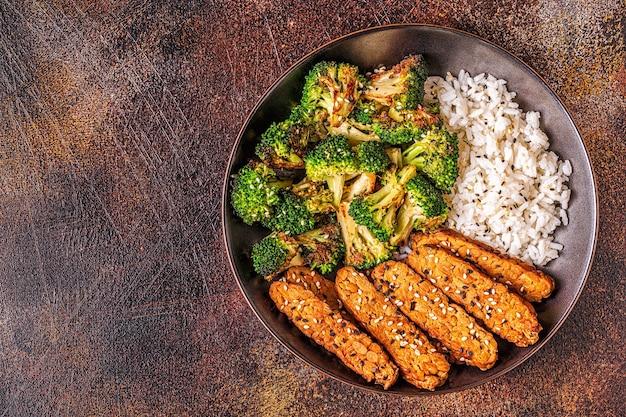 쌀과 브로콜리를 곁들인 튀긴 템페, 인도네시아 전통 요리.