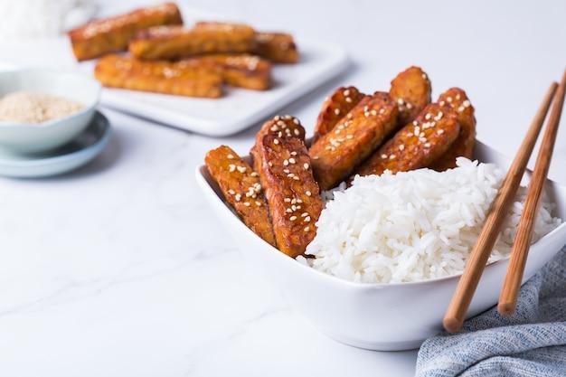 照り焼きテンペまたはテンペ、伝統的なインドネシア料理。大豆から作られた健康的な食事、発酵ポストバイオティクス食品