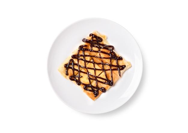 흰색 배경에 고립 된 접시에 초콜릿 토핑과 튀긴 태국 팬케이크 roti