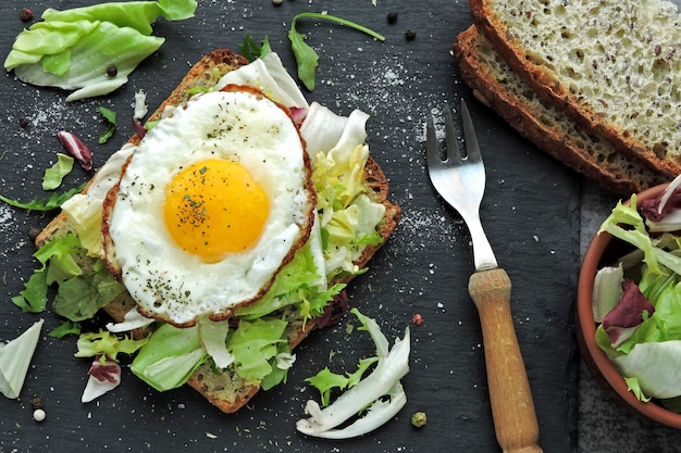 Жареный тост с яйцом и салатом. здоровый завтрак или перекус. кето диета. кето перекус или завтрак.